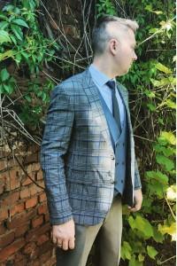 Серый мужской костюм в синюю клетку с синей жилеткой  Jan Carlucci 7743-594-6660-07