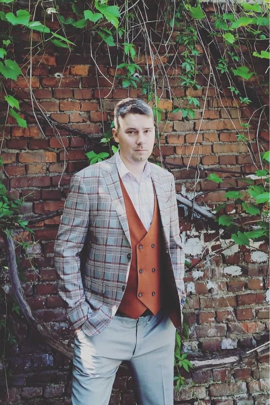 Серый мужской костюм в оранжевую клетку тройка с оранжевой жилеткой Jan Carlucci 7743/594 # 6660-10