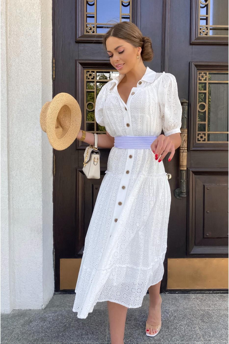 Белое женское летнее платье с синим поясом в полоску